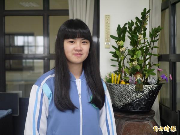 蘭陽女中江玟儀拿到全校最高74級分。(記者簡惠茹攝)