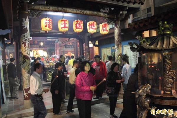鹿港人在大年初九這一天,先拜天公,再到鹿港地藏王廟拜地王。(記者劉曉欣攝)
