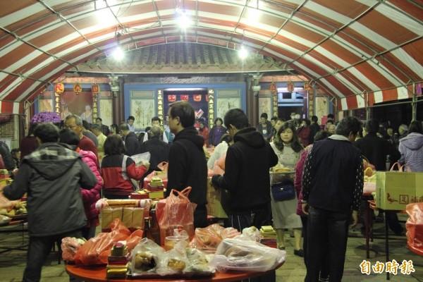 鹿港地藏王廟主任委員許森樹表示, 在「 天公生」這一天,同時拜天公、敬地王,這代表「有天有地,好事成雙」。。(記者劉曉欣攝)