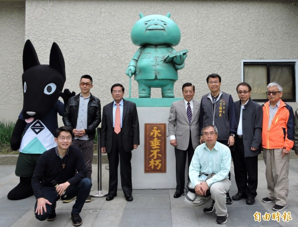 「布袋爺爺」銅像揭幕, 藝術家Nagee(後排左一,戴眼鏡者)、台灣人權文化協會副理事長謝宗憲(後排右四)、台中市社會局副局長陳仲良(後排右三)等人均出席。(記者張菁雅攝)