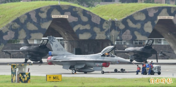 空軍花蓮基地傳出重大違紀事件!有辣妹私自爬上F-16戰機,並進入座艙內拍照上傳網路社團。(記者游太郎攝)