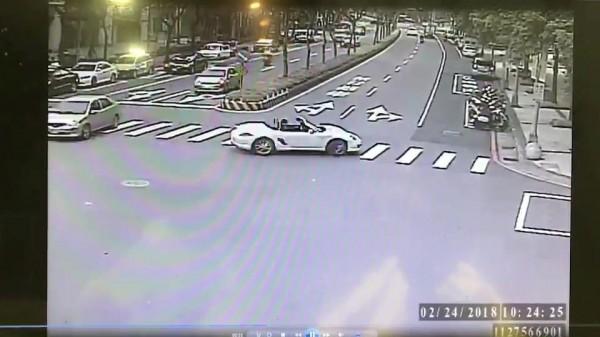 宋男駕跑車在路口迴轉。(記者余衡翻攝)