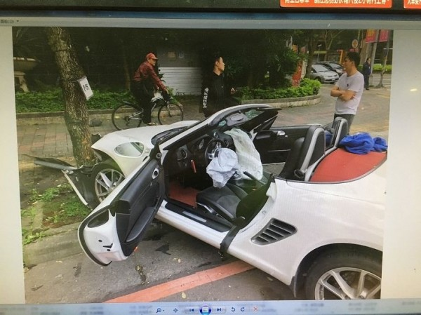 跑車前座安全氣囊炸開。(記者余衡翻攝)