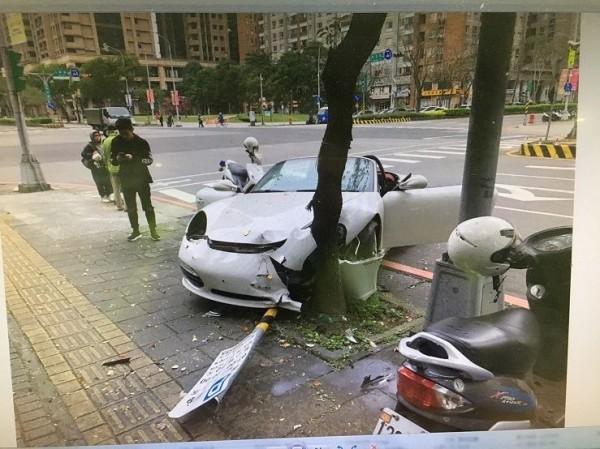 跑車左側車頭嚴重受損。(記者余衡翻攝)
