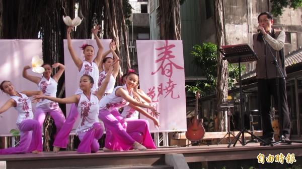 這場團拜超文青!台中文壇大咖齊聚詠詩還有舞蹈相伴,氛氛詩情畫意。(記者蘇孟娟攝)