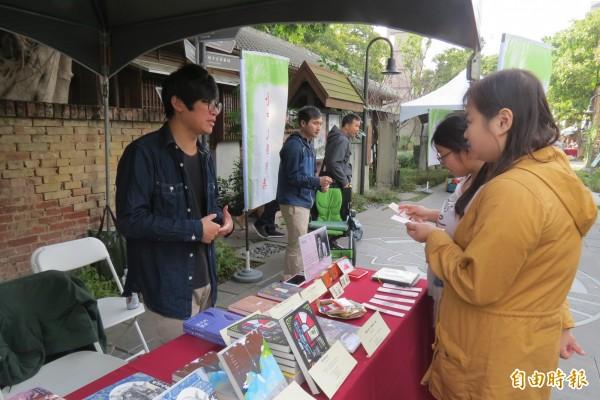 文學市集讓作家設攤與讀者面對面溝通創作想法。(記者蘇孟娟攝)