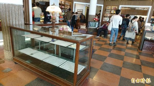 林百貨的鎮店之寶,是日治時刻留下來的2只櫃子。(記者劉婉君攝)