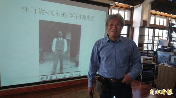 李建畿透過老照片說爸媽與林百貨的故事。(記者劉婉君攝)