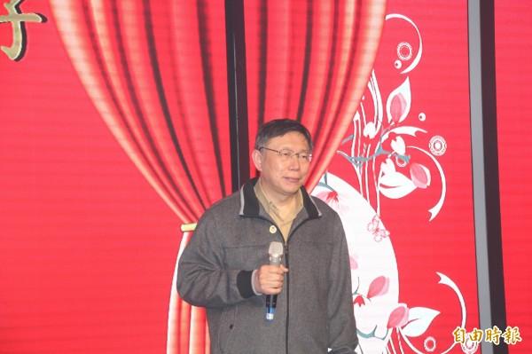 柯文哲於民進黨台北市黨部春酒唱「挪威森林」。(記者鍾泓良攝)