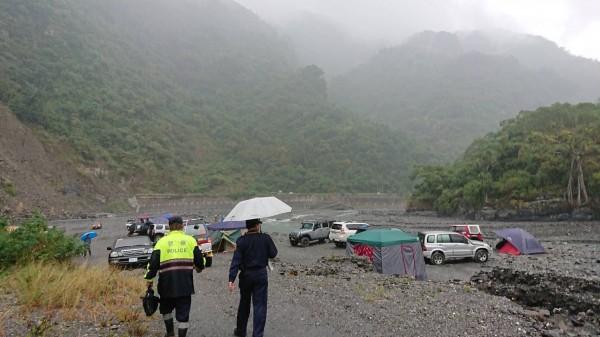 大武警分局員警到金峰溫泉勸離擅闖遊客。(記者王秀亭翻攝)