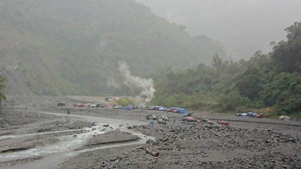 太麻里溪上游的金峰溫泉因風災重創尚未修復,仍有民眾把其視為秘境,冒險闖入泡湯。(記者王秀亭翻攝)