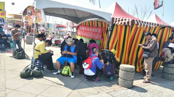 民眾在台灣燈會會場抓寶。(嘉義縣政府提供)