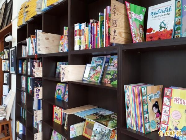 這六國的童書看過嗎?全台灣第一個擁有六個以上的東南亞國家童書繪本館就在清華大學的蘇格貓底書屋內。(記者洪美秀攝)