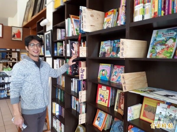 主人林群花好幾個月時間及斥資數十萬元購買童書繪本,希望讓台灣外配新娘和新住民之子都能看到這些來自家鄉的童書和文字。(記者洪美秀攝)