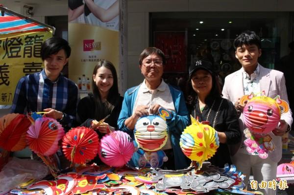 在花壇鄉經營皮件工廠的老闆李世湧夫妻和3位年輕歌手,今在彰化市街頭開賣傳統紙燈籠,為家扶籌募基金。(記者張聰秋攝)
