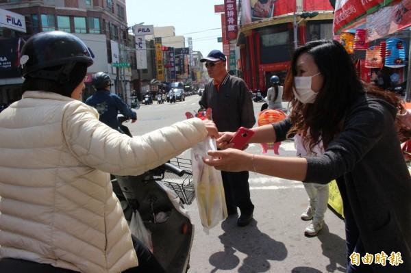 彰化家扶中心員工總動員開賣紙燈籠。(記者張聰秋攝)