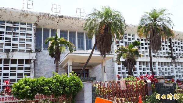 台東舊議會建築列歷史建築,但長期閒置殘破。(記者黃明堂攝)