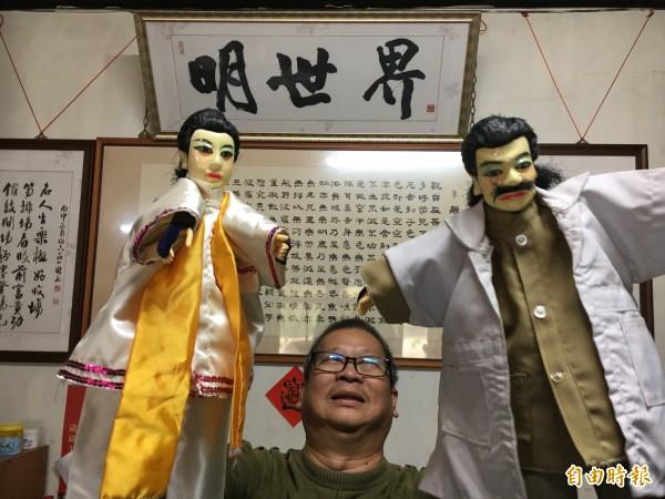 茆國聰把二二八抗暴人物陳篡地(左)搬到布袋戲台。(記者顏宏駿攝)