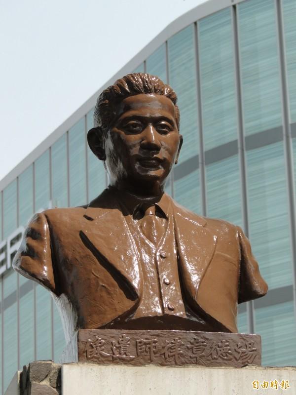 湯德章紀念公園的湯德章雕像。(記者洪瑞琴攝)