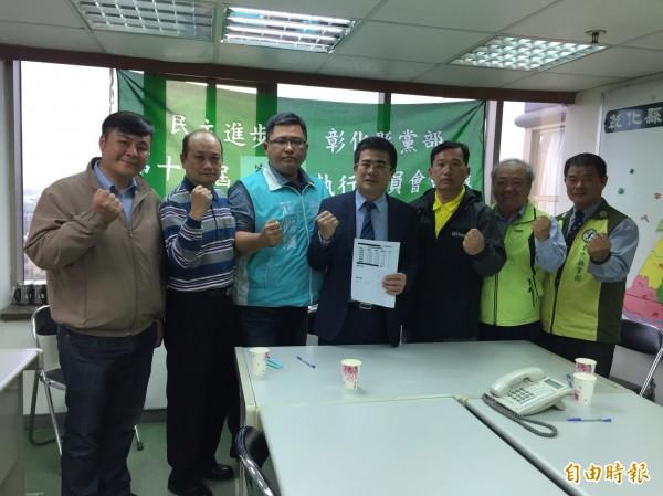 民進黨彰化區縣議員初選民調結果,獲得提名分別是楊富鈞(左1)、林維浩(左2)、莊陞漢(左3)、葉孟家(右3)、李成濟,李成濟未到場由秘書代表出席。(記者張聰秋攝)