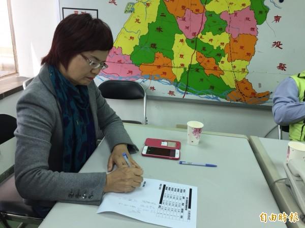 擔任彰化縣選對會召集人的立委陳素月,見證初選民調結果。(記者張聰秋攝)