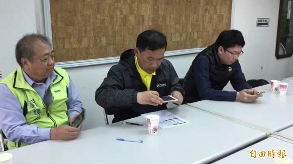 縣議員黃育寬的兒子黃建閎(右1)得知民調結果,低頭滑手機,神情顯得凝重。(記者張聰秋攝)