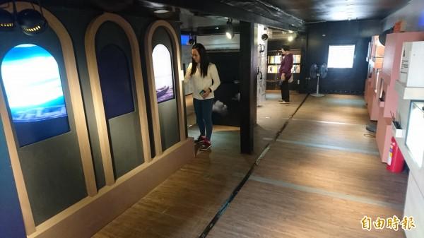 貨櫃車改裝為台灣文學行動博物館。(記者楊金城攝)
