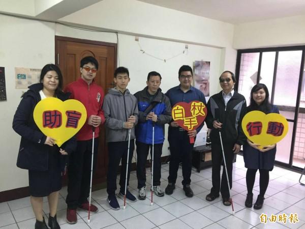 從事社會服務的劉志枰(右三)將去年的工作績效獎金全數捐出,購買200支導盲杖,送給新竹市視障成長協會,希望幫助視障者行走更安全。(記者洪美秀攝)