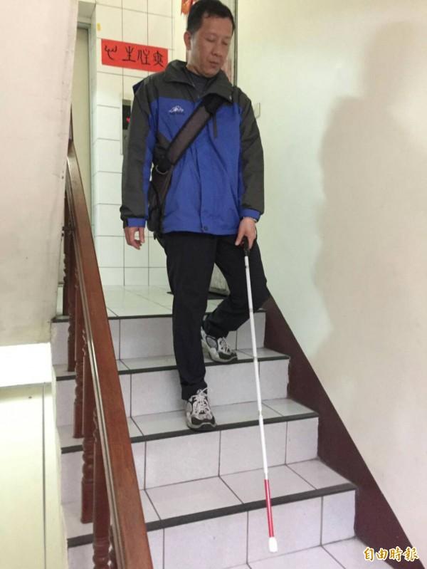 導盲杖是視障者行走時的重要輔具。(記者洪美秀攝)