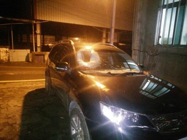 中橫宜蘭支線25公里處,發生落石擊中轎車意外,造成副駕駛座上的祖母受傷,2歲孫子傷重不治。(記者江志雄翻攝)