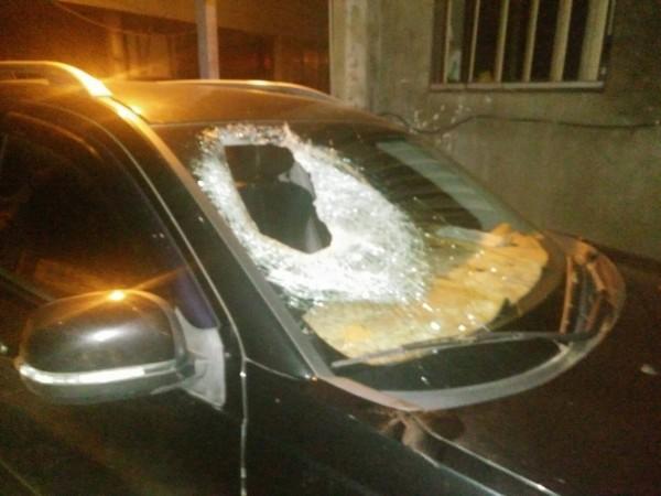 轎車副駕駛座擋風玻璃破個大洞。(記者江志雄翻攝)