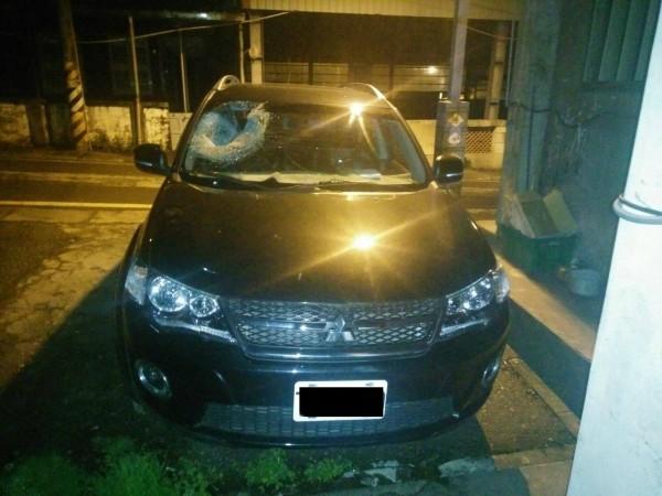 被落石擊中的小轎車。(記者江志雄翻攝)