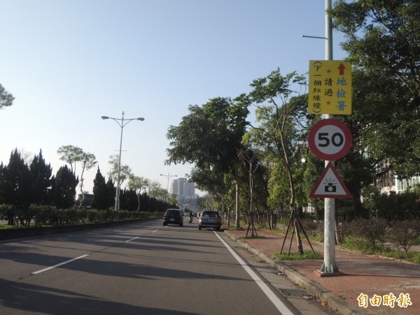 荷包看緊一點!新竹縣車流量大的竹北市興隆路,在莊敬路口新增一支雙向的固定式測速桿。(記者廖雪茹攝)