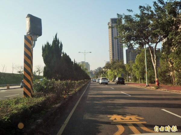 新竹縣政府警察局表示,竹北市興隆路與莊敬南路口,因鄰近興隆國小,且常有民眾通過馬路到河堤運動,新增一支雙向的固定式測速桿,提醒用路人放慢車速。(記者廖雪茹攝)