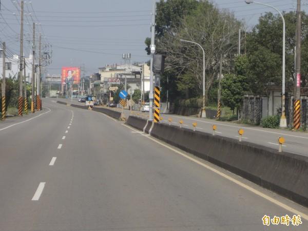 芎林鄉富林路車多且車速快,肇事率高,新竹縣警察局在富林路一段15.5公里處,新增一支固定式測速桿,提醒用路人減速。(記者廖雪茹攝)