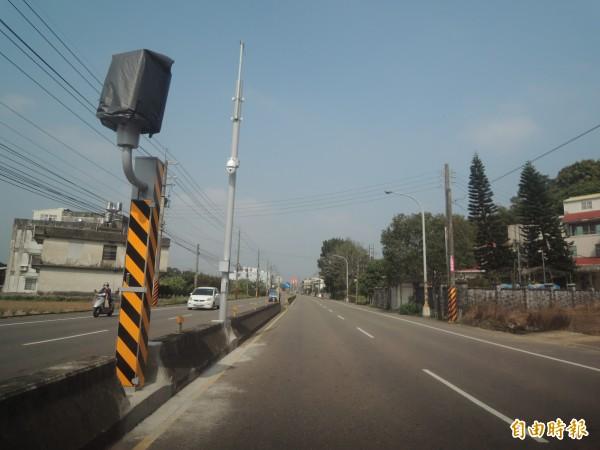 新竹縣警察局在富林路一段15.5公里處,新增一支固定式測速桿。(記者廖雪茹攝)