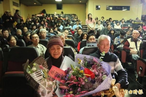 有從小就在東聲戲院看電影長大的戲迷,送上鮮花感謝徐琳彬夫婦的付出。(記者鄭名翔攝)