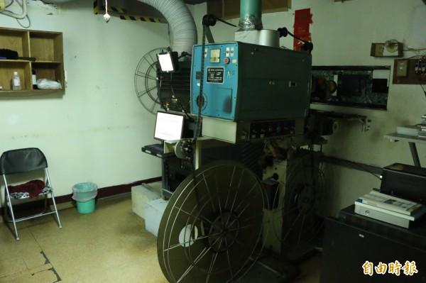 戲院內保存的各項播映設備,未來將移交頭份市公所保存。(記者鄭名翔攝)