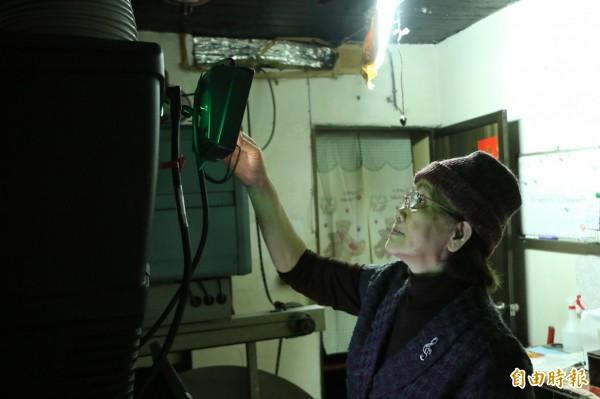 湯松妹最後一次操作播放設備。(記者鄭名翔攝)
