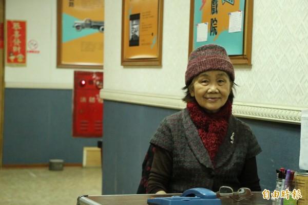 80歲的湯松妹總是熱情招呼每個顧客,是老戲迷最熟悉的聲音。(記者鄭名翔攝)