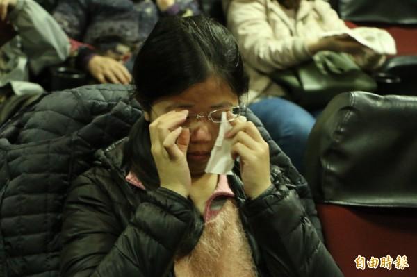 紅幕落下,東聲戲院正式熄燈,有觀眾不捨落淚。(記者鄭名翔攝)