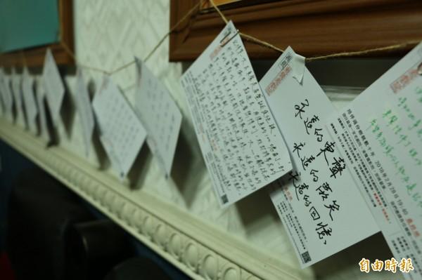 許多老戲迷在戲院內留下明信片,道盡對東聲戲院的感謝及不捨。(記者鄭名翔攝)