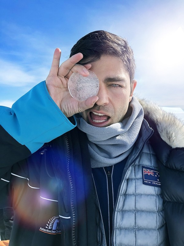 致力環境保育的美國影星艾德葛納與紐西蘭航空一同探索南極。(紐航提供)
