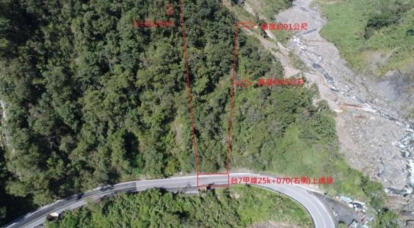 台7甲線25公里事故現場,空拍發現上邊坡林木茂密,植被完整,研判是地震造成土石鬆動引起落石。(圖由公路總局提供)