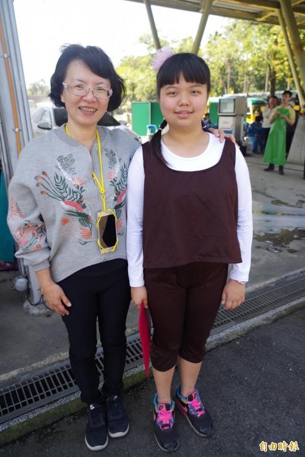 導覽員王月秀(右)跟祕書蘇羽真。(記者王善嬿攝)