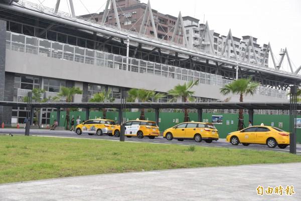 計程車司機認為前站設立招呼站不會影響交通。(記者葉永騫攝)