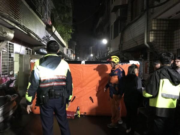 警消在現場鋪設氣墊。(記者王宣晴翻攝)
