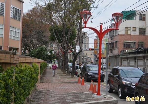 大里永隆國小人行道近日裝上紅色景觀燈,居民稱讚走在人行道彷彿走在歐洲街頭。(記者陳建志攝)