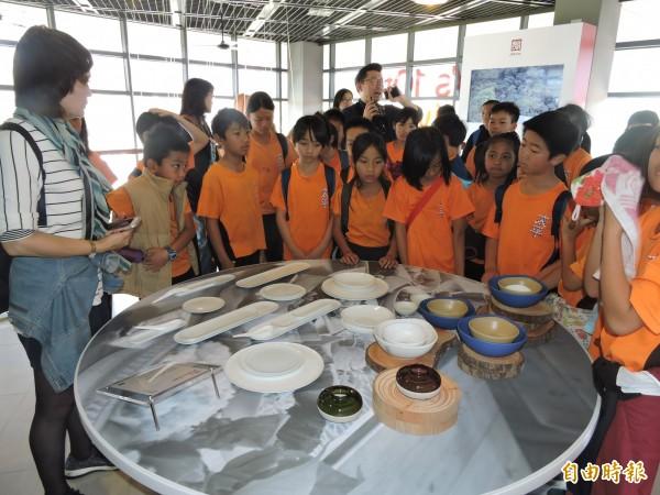 太平國小小朋友對以海洋阿美族為設計主題的餐具特別有興趣。(記者張存薇攝)