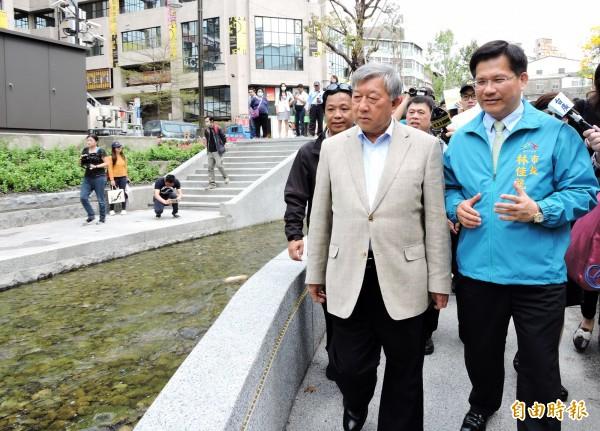 新竹縣長邱鏡淳(左)在台中市長林佳龍陪同下參觀綠川。(記者張菁雅攝)